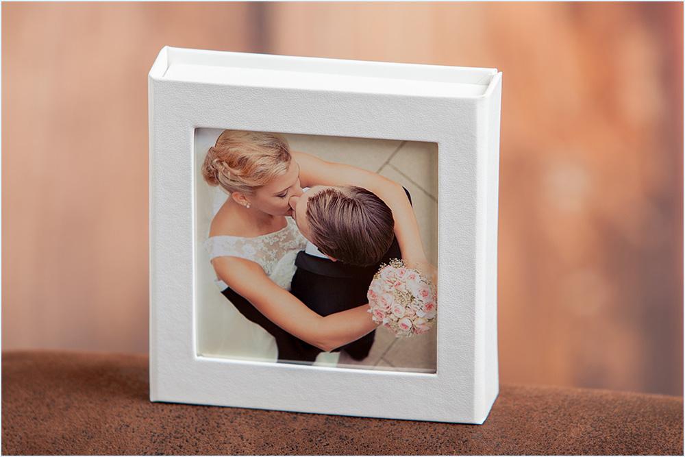 Hochzeitsfotograf bietet die Fotos auf einem USB-Stick an
