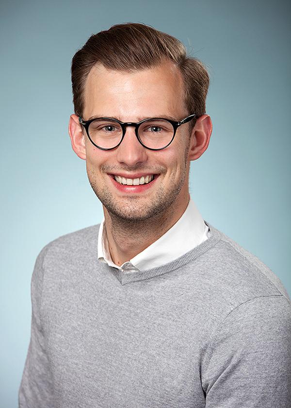 Kopf und Schulter Portrait eines jungen Manns mit Brille